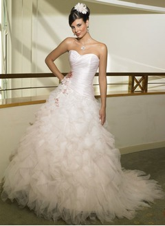 A-Line/Princess Strapless Sweetheart Chapel Train Tulle Wedding Dress With Ruffle