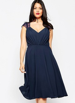 A-Line/Princess V-neck Knee-Length Chiffon Cocktail Dress With Lace