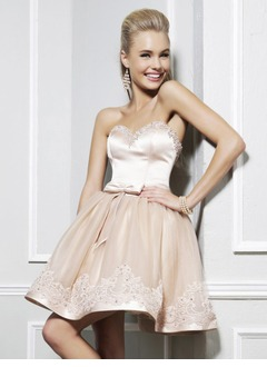 A-Lijn/Prinses Strapless Sweetheart Kort/Mini Tule Charmeuse Schoolgala Jurk met Kralen Applicaties Kant Strik(ken)