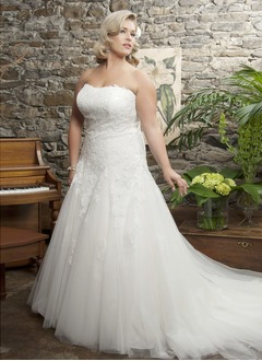 A-Line/Princess Strapless Sweetheart Court Train Tulle Wedding Dress With Appliques Lace