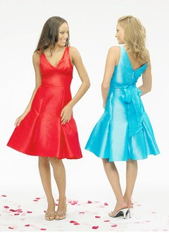 A-Line/Princess V-neck Knee-Length Taffeta Bridesmaid Dress With Bow(s)