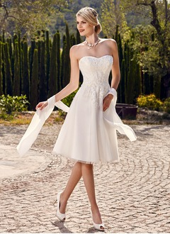 A-Line/Princess Strapless Sweetheart Knee-Length Tulle Wedding Dress With Beading Appliques Lace