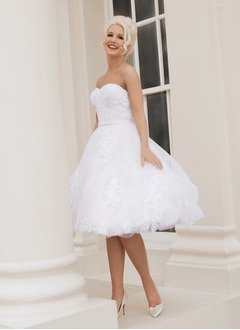 A-Line/Princess Strapless Sweetheart Knee-Length Tulle Wedding Dress With Appliques Lace