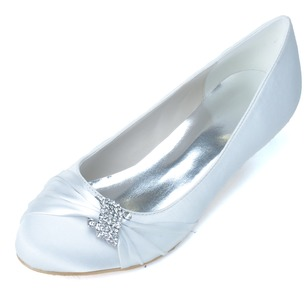 Vrouwen Satijn Kitten Hak Closed Toe Pumps met Strass